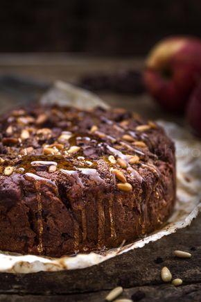 La ricetta della torta vegana mele e cioccolato con pistacchi e pinoli per guarnire. Perfetta per la prima colazione in famiglia!