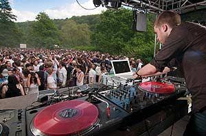 werden den Musikfreunden beim Pfingst Open Air Essen-Werden 2014 nicht nur musikalische Leckerbissen kredenzt, auch für die kulinarischen Schmankerl ist ...