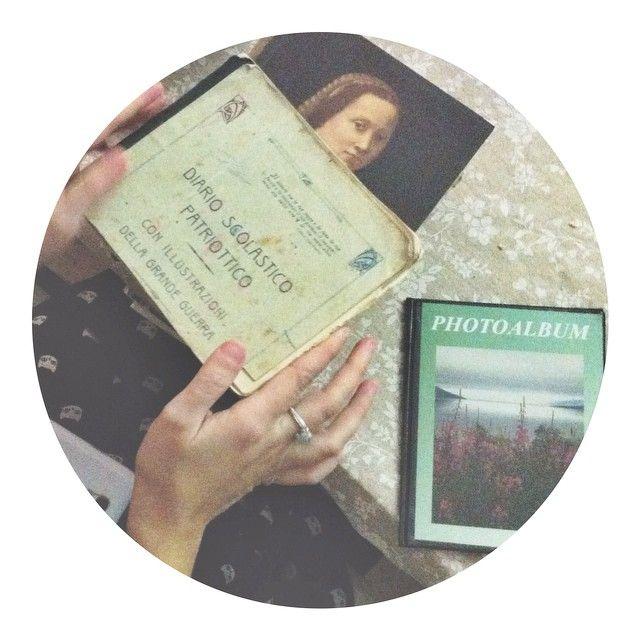 @lanuvolettadivivienne with a treasure between her hands... il diario scolastico (patriottico ) di Nonna Renata! #apranzoconter #turismoer #igersbologna - Instagram by bianca_gege