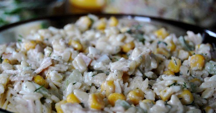 Składniki: Opakowanie makaronu w kształcie ryżu (waga 250 g); 1 średni ogórek wężowy; Puszka kukurydzy konserwowej (waga netto, po ...