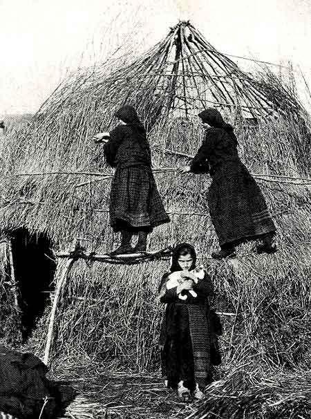 .Epirus-Zagoria: 1930. Sarakatsani-Frauen errichten eine Winterhütte Quelle: National Geographic 12/1930