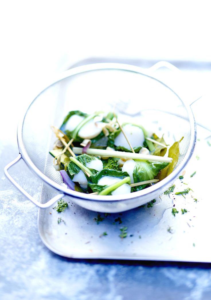 Recette Noix de Saint-Jacques et légumes vapeur  : Enveloppez chaque noix de saint-jacques dans une feuille d'épinard. Lavez les courgettes et les pois gour...