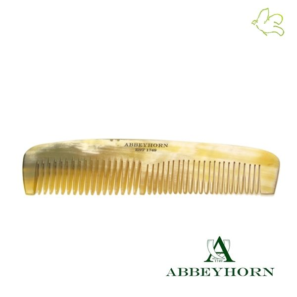 Peigne à cheveux 100% naturel en corne véritable. Un petit peigne de poche (15cm) pour une coiffure parfaite en toutes circonstances. Il s'adapte aussi bien aux cheveux fins qu'épais, démêlage ou lissage, homme ou femme. 18€ #peigne #corne #poche #petit #naturel #homme #femme #abbeyhorn #luxe #cheveux #coiffure #beauté www.officina-paris.fr