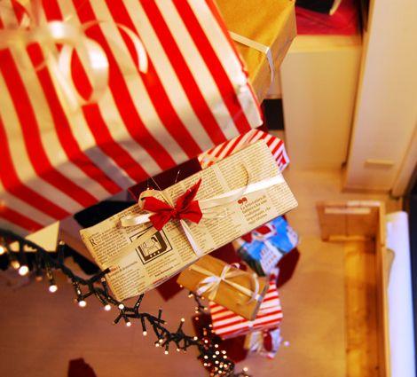 A Christmas Window by shoptellers. Dettaglio vetrina di natale.