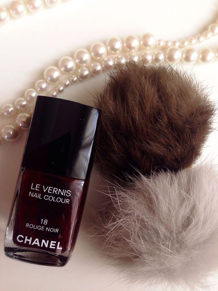 CHANEL ヴェルニ 18 ルージュヌワール  爪を保護しながら美しい発色と輝きを放つ、ネイル エナメル。 容器のデザインは人間工学をもとに設計。適切な使用量を調節しやすく、液があふれ出ることを防ぎます。 トルエンフリー、ホルムアルデヒドフリー。  http://wing-shop.info/  http://s.ameblo.jp/wingshop