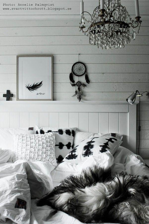 artprint fjäder, artprints, art, print, prints, konsttryck, tavla, tavlor, tavlan, svart och vitt, svartvita, svarta och vita motiv på tavlor, vit panel, sovrum, inspiration, presenttips tavla, naturfärgad ram, ramar, drömfångare, fårskinn, sängkläder, påslakan, vitt, vita, fjädrar, batik kudde, kuddar, sänggavel, sänggavlar,