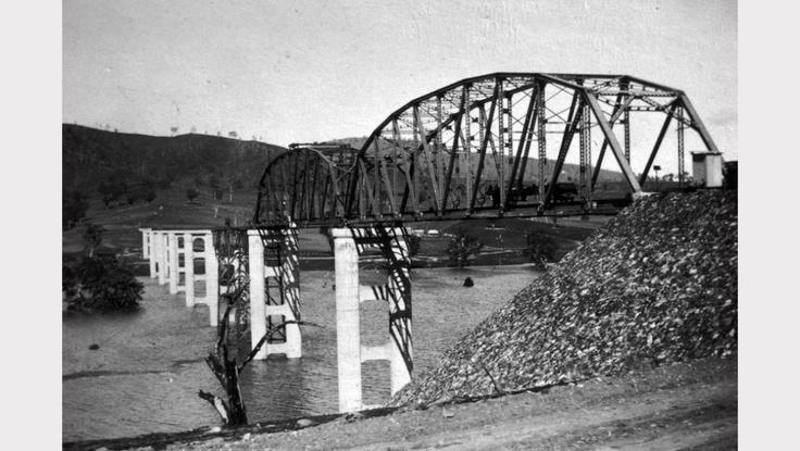 A half-complete Bethanga Bridge, Albury, NSW in the the 1920s.