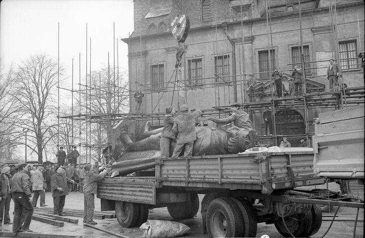 W 1981 r. dzięki wieloletnim staraniom Towarzystwa Miłośników Gniezna oraz ówczesnego prezydenta miasta - Henryka Jasińskiego, udało się uzyskać pozwolenie na rekonstrukcję przedwojennego pomnika Bolesława Chrobrego. Posąg został złożony z trzydziestu oddzielnie wykonanych elementów i w całości dostarczony do Gniezna, gdzie uroczyście odsłonięto go 9 maja 1985 r.
