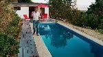 Un deck es una solución excelente para tener al borde de una piscina o para hacer una terraza en el jardín, ya que permite tener un suelo duro y resistente al exterior donde poner muebles. Hay diferentes materiales para construirlos, en esta oportunidad haremos uno con tablones de hormigón.