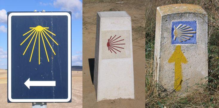 Diversos indicadores del Camino de Santiago.
