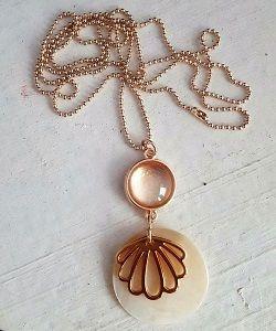 Rose ketting met schelpen. Prachtige rose sieraden en vakantie sieraden bij Ekster Jewels.