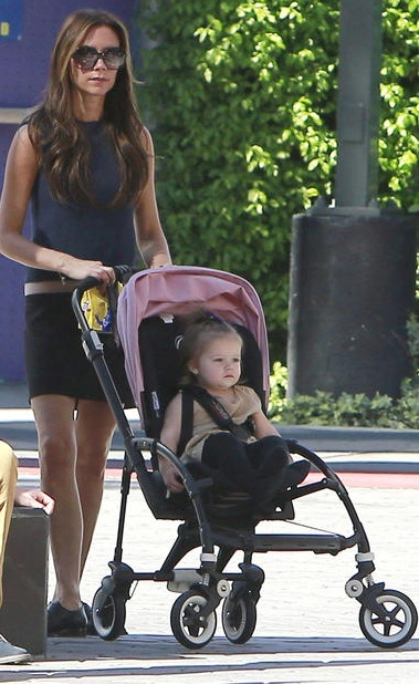Love Victoria Beckham and daughter Harper and her All black #Bugaboo Bee + soft pink hood <3