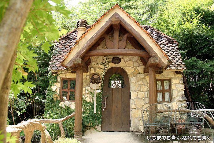 絵本の主人公が暮らしていそうな素敵な建物。 ドアや窓枠など、細部までこだわって作られています。