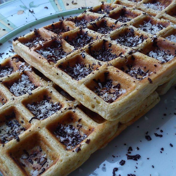 Waffles aveia e banana com lascas coco e chocolate preto 81%  Receita das waffles no nosso blog conceitofit.com