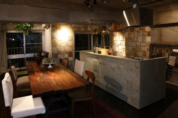 スケルトン状態にして、大谷石のキッチンを置き、壁にはガラス溶鉱炉用のタイルを張った