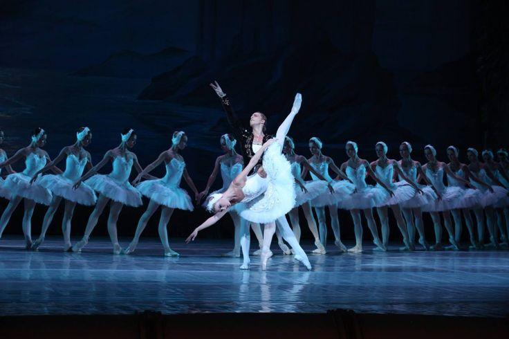 #Agenda   El Lago de los Cisnes. Con más de 40 bailarines en escena, el Royal Russian Ballet captura toda la belleza y el drama del auténtico ballet romántico, un clásico atemporal que apela a cualquier generación.   La cita, en el Palacio de la Ópera, a las 20.30 h.
