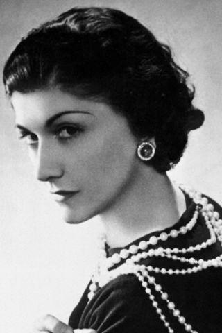Coco Chanel met jaren 20 sieraden