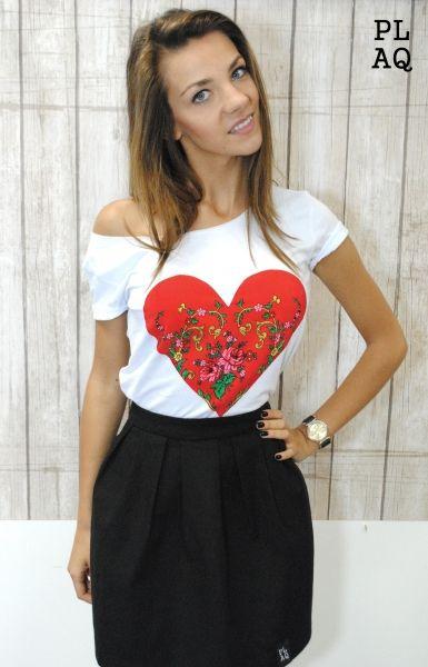http://www.sklepludowy.pl/koszulki-i-bluzy Koszulka z motywami ludowymi i narodowymi. Wykonana z wysokiej jakości bawełny. Aplikacja ręcznie naszywana na materiał. Dbałość o najdrobniejsze szczegóły sprawi, że produkt spełni oczekiwania najbardziej wymagających Klientów. skład: bawełna wysoka jakość 100%, naszywka serce: poliester 100%
