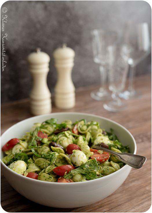 Nudelsalat mit Pesto, Oliven und Tomaten