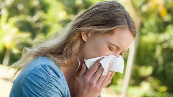 burnuna mendil tutan kadın Bilim insanları, burundaki bakterileri inceleyerek yeni bir antibiyotik türü buldu.