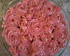 O Mousse de Morango em Ponto de Bico é uma opção maravilhosa para você cobrir e rechear os seus bolos, pois além de dar um acabamento lindo, ainda é muito