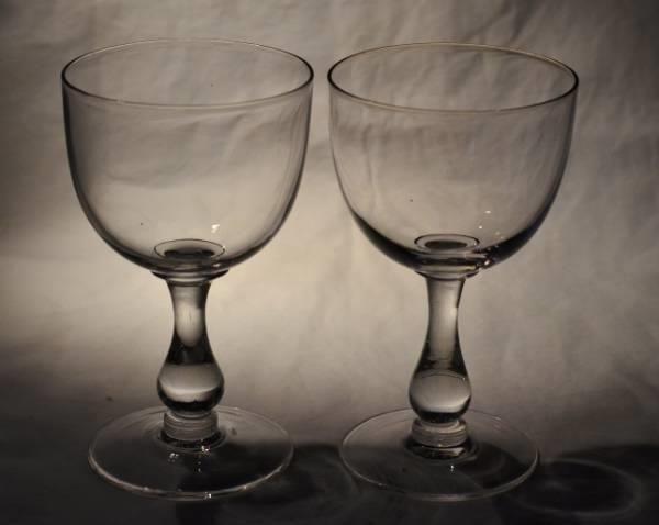 To stk store vinglass i serien Ebba fra Hadeland Glassverk. I produksjon fra 1902. I meget god stand. Selges samlet. Diameter: 8cm, Høyde: 13,5cm, Vekt: 2,1kg