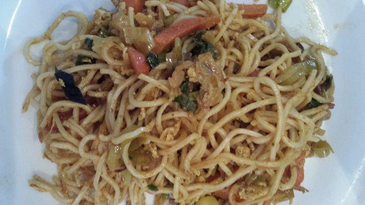 Vegetarische bami. Kruidenmengsel opgezocht op internet, twee eitjes 'geruld' met een beetje zout en peper, groentemix met kruidenmengsel gebakken en bami erbij. Was extra lekker met ajam smoor. Recept is ook heerlijk om nasi mee te maken!