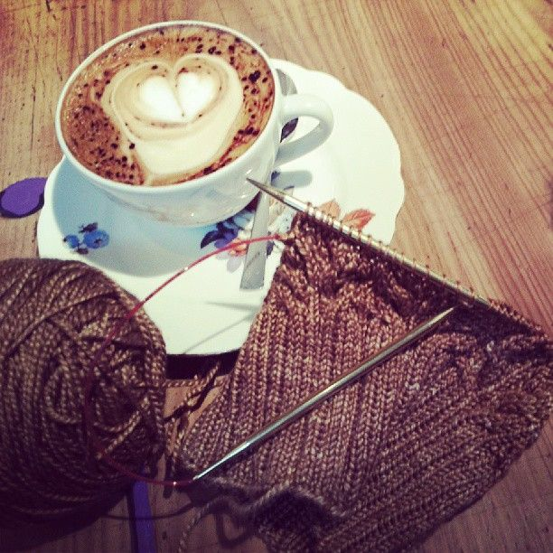 Knitting and a nice cup of coffee ... what more to ask for? Siidegarte Siide-Flauschig, get it at www.siidegarte.com