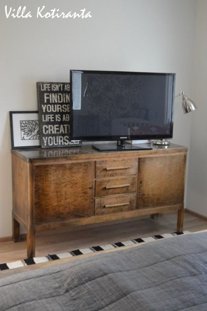 Nykyisen kotimme makuuhuone.  The bedroom of our current home. Vanha senkki tv-tasona. Old sideboard as tv -stand.