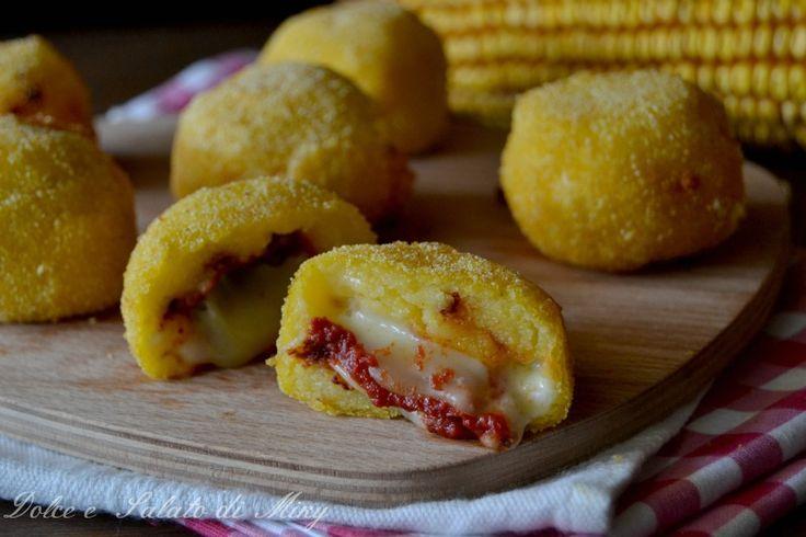 Palline di #polenta alla #pizza, semplici palline dorate con cuore filante di mozzarella al gusto pizza, gustosissime fritte.