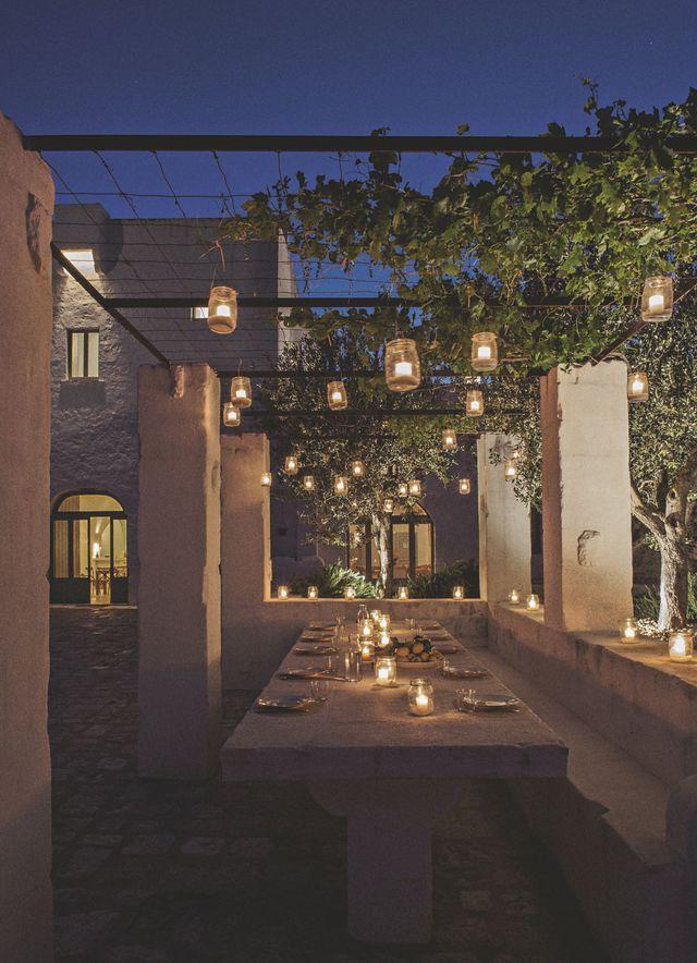 Une salle à manger d'extérieur éclairagée à la bougie