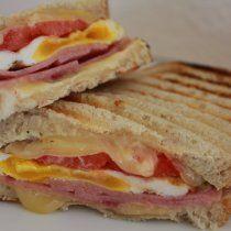 Un panini ideal para que los niños se lleven de lunch, este panini está preparado con jamón, quesp  y huevo, lleno de sabor y a tus hijos les encantará.