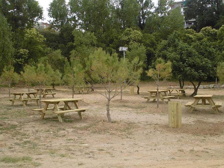 S'ha creat una zona de pícnic amb taules i papereres de fusta de pi tractada dissenyades per adaptar-se en aquest entorn natural.
