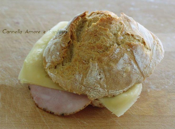 I Panini senza impasto sono dei deliziosi panini croccanti fuori e morbidi dentro, somigliano come sapore al pane ciabatta e sono veramente deliziosi.