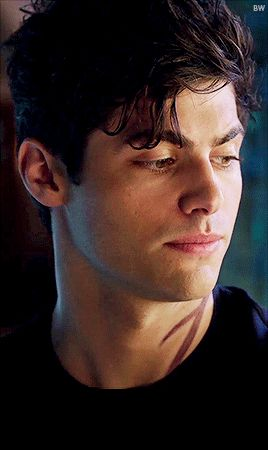 I think Matthew Daddario is super hot and makes a very good Alec