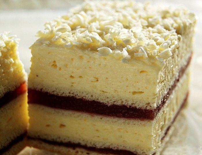 Krémové jahodové řezy s vanilkovým krémem, ozdobené strouhanou bílou čokoládou. Luxus na talířku. Mňamka!