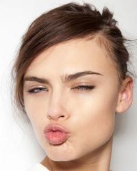 La ginnastica facciale che fa sorridere: labbra e zigomi