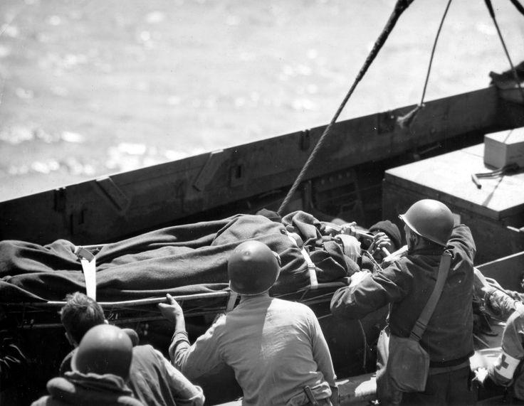 https://flic.kr/p/ejvfuw | p012558 | Transfert d'un blessé allongé sur un brancard et  recouvert  de couvertures, d'une barge vers un navire de plus grande taille. Le photographe est sur l'USS Samuel Chase APA-26, sous réserve toutes ces photos sont de : Robert F. Sargent, voir ici : en.wikipedia.org/wiki/Robert_F._Sargent La p012546 a été prise du même endroit mais avant, au départ des troupes à débarquer : www.flickr.com/search/?w=58897785@N00&q=p012546 Voir les : p012544, p012553, p012558