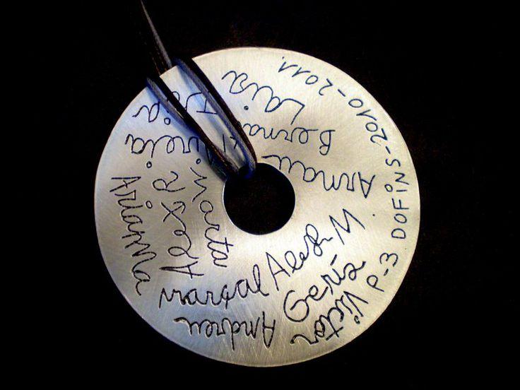 Un recuerdo muy especial. Colgante de plata de ley con los nombres de todos los alumnos cada uno con su propia letra. Espectacular! ( medida: 6cm de diámetro) #regalo_fin_de_curso #profesora #colgante_donut #colgante_nombres #infantil #joya_personalizada #regalo_profesora