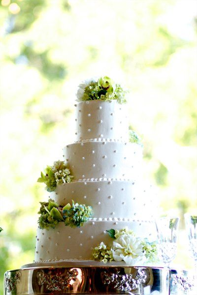 This wedding cake is absolutely beautiful! Loving the dash of green and subtle embellishments! {Piper Warlick Photography}