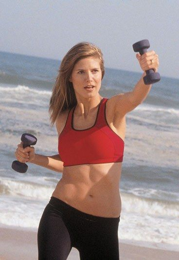 Übung 5 - Heidi Klums Fitness-Trainer David Kirsch zeigt Ihnen wie Sie Ihren Baby-Bauch wegtrainieren - Man braucht: Hanteln Die Übung: Stellen Sie sich schultebreit hin und machen Sie jetzt mit dem rechten Bein einen Ausfallschritt nach vorn, so dass sich Ihr Gewicht auf beide Beine verteilt...