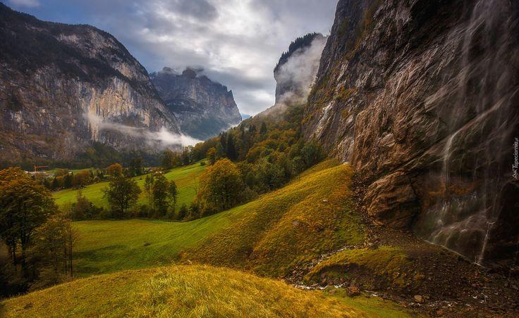 Szwajcaria, Oberland Berneński, Dolina Lauterbrunnental, Jesień,  Góry Alpy, Drzewa, Trawa, Skały