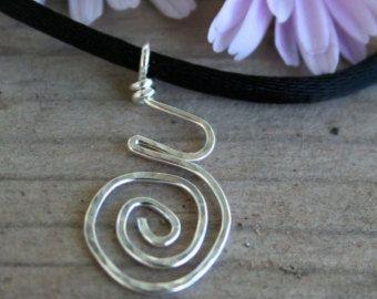 Articoli simili a Ciondolo spirale alluminio ciondolo Wire Wrap ciondolo martellato metallo ciondolo gioielli regali sotto 20 artigianali fatti a mano su Etsy
