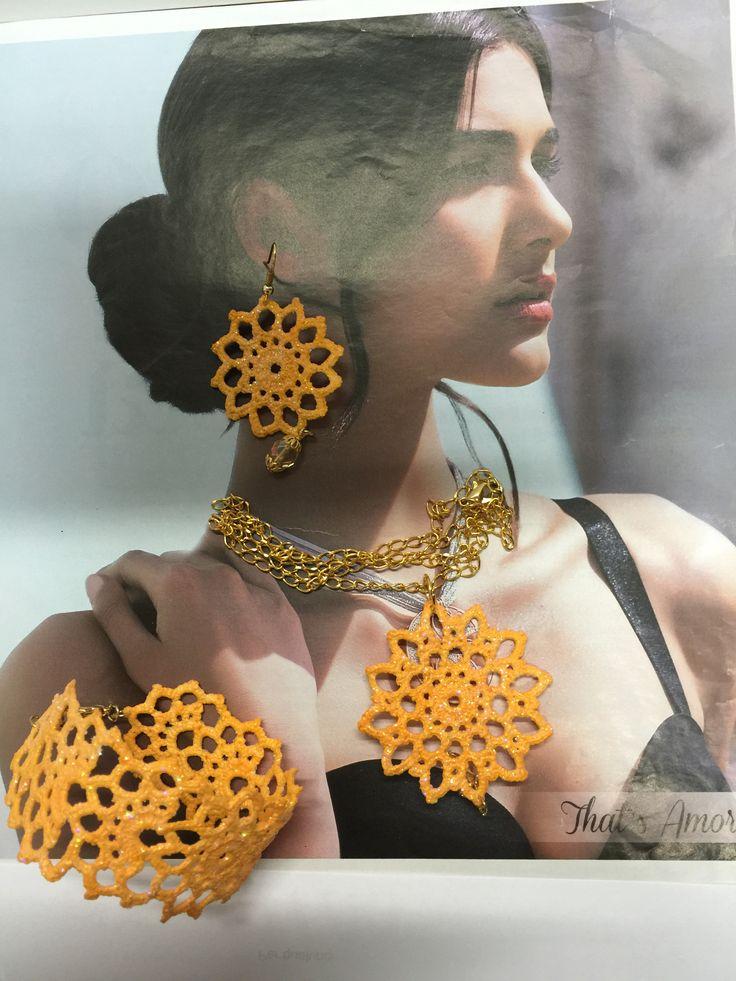 gioielliall'uncinetto,dipinti a mano nei toni del giallo sole,con glitter trasparenti e vetrificati.ciondolo con catena dorata.collana e orecchini a forma di fiore con pendente color ambra