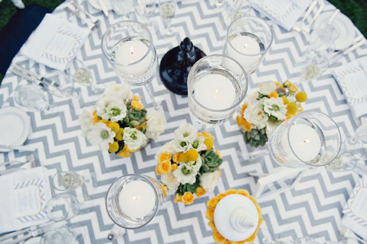 Tovaglia lisca di pesce bianca e grigia con dettagli gialli. Contemporanea ed elegante #weddingtable #tableset #chevron Chevron wedding tablecloth.