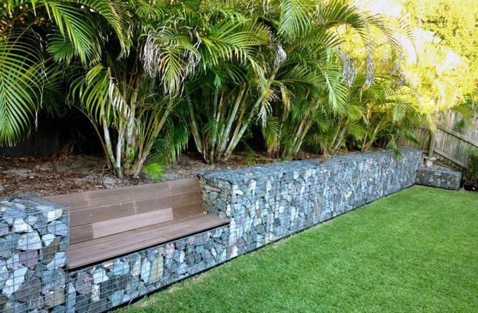 Ein schöner Gabionenzaun im Garten mit integrierter Lounge Bank