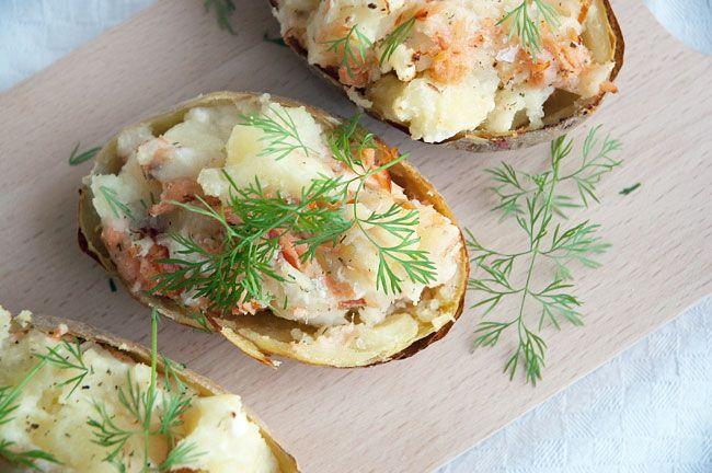 Bagte kartofler med fyld af varmrøget laks