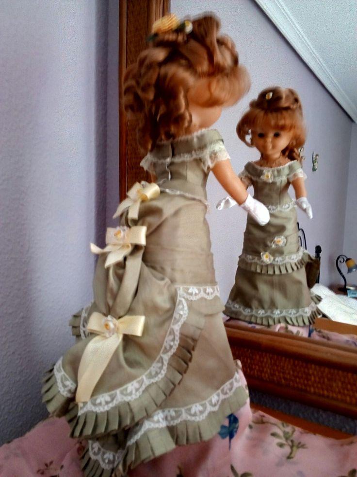 moda 1880. Nancy lleva un vestido de fiesta con polisón.