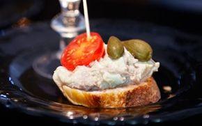 Tapas med tun og æg - pinchos Lækre små tapas - gode til buffet og fest.