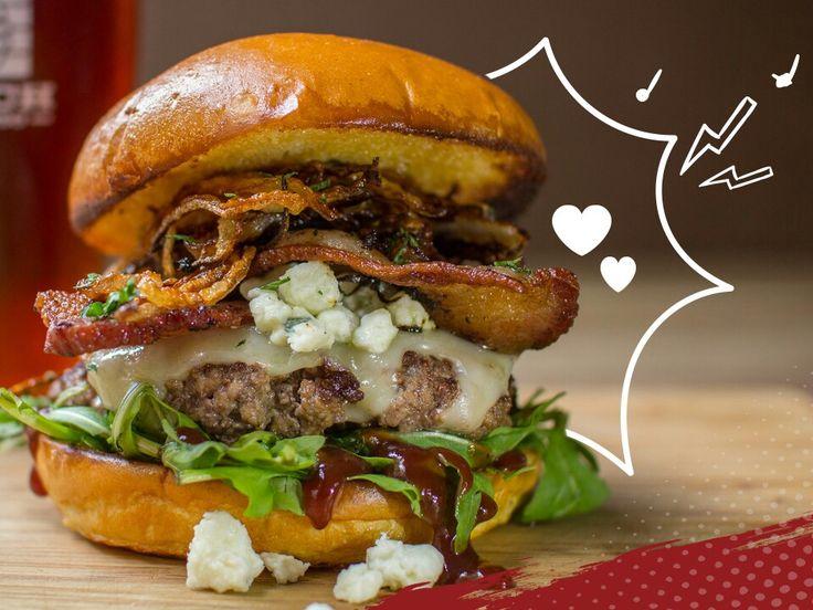 Si tienes un hambre que no espera ppr nadie, te invitamos a probar la burger de la casa, Ají Seco. Esta viene acompañada de doble carne rellena con peceto y nuestra preparación especial.